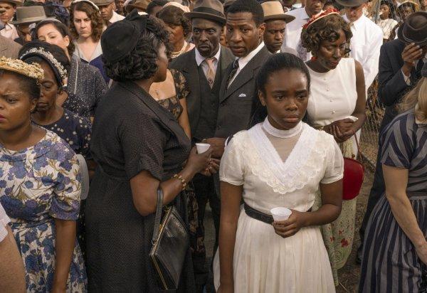 Diana no funeral de Emett Till em Lovecraft Country.