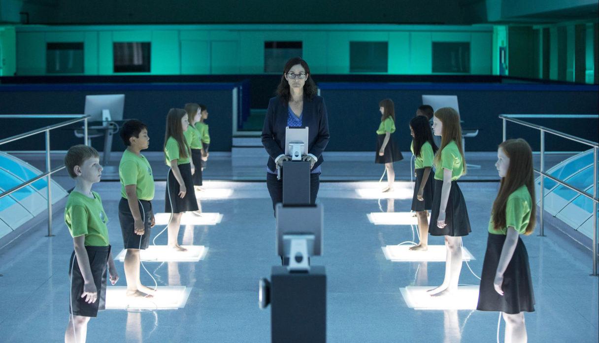 Carrie-Anne Moss em cena de Humans.