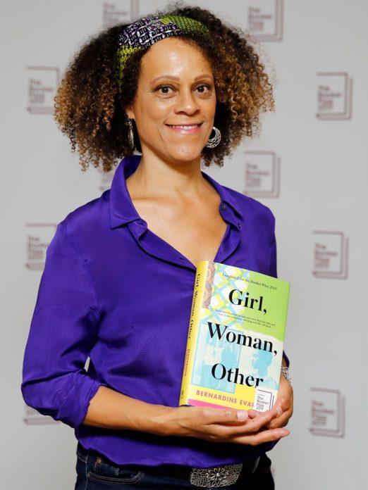"""Bernardine Evaristo com a edição de """"Girl, Woman, Other""""."""