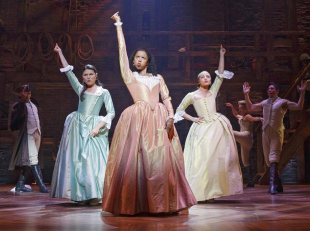 Elisa, Angelica e Peggy são as Schuyler Sisters em Hamilton