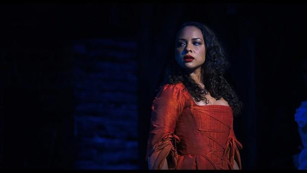 Jasmine Cephas Jones é Peggy Schuyler no primeiro ato e no segundo ato vive Maria Reynolds em Hamilton
