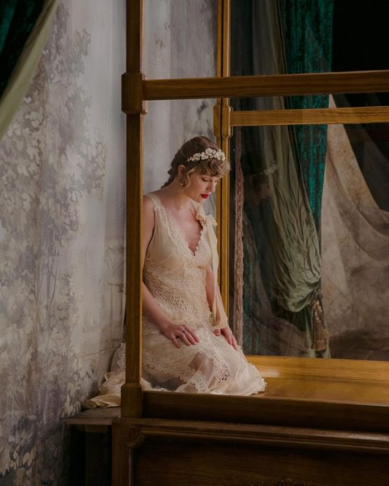 "Taylor Swift no clipe de ""Willow"""