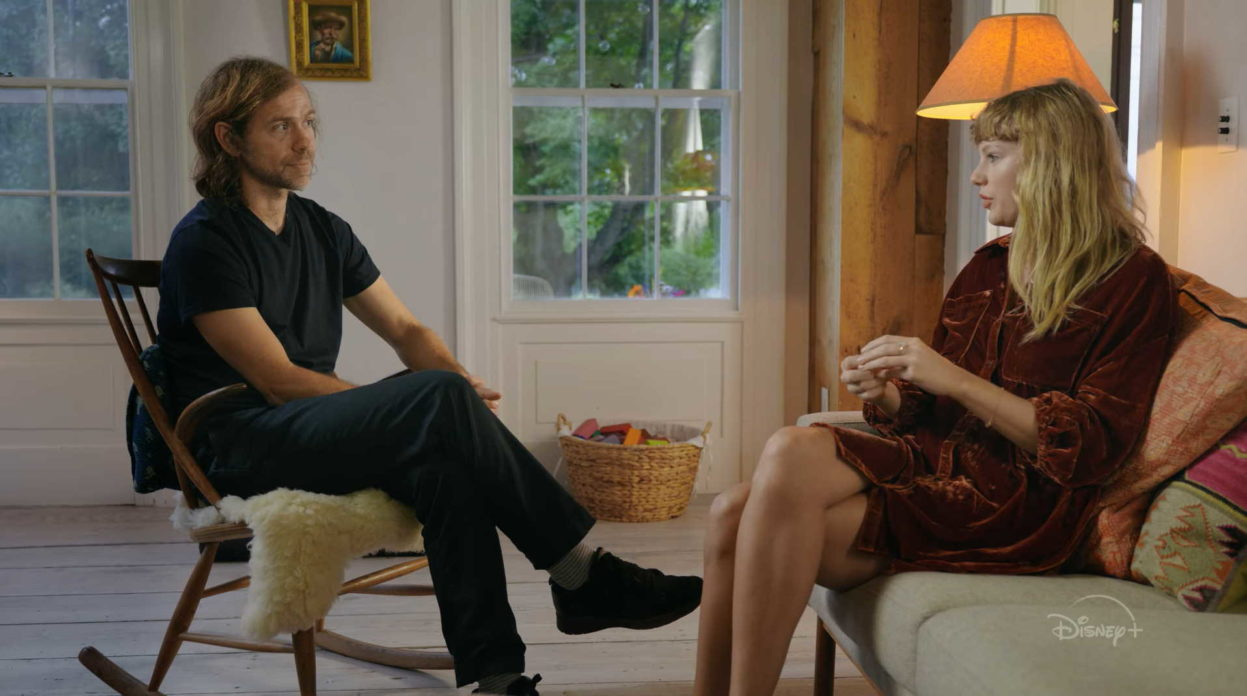 Aaron Dessner e Taylor Swift no documentário Folklore: The Long Pond Studio Sessions