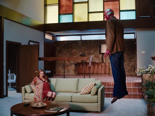 "Wanda Maximoff (Elizabeth Olsen) e Visão (Paul Bettany) em ""WandaVision"""
