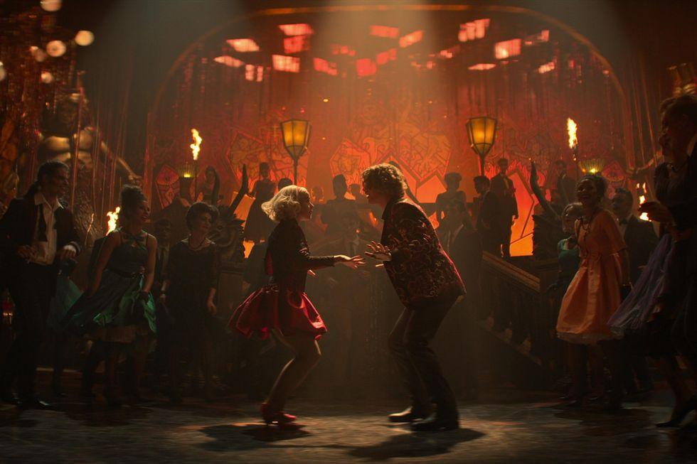 """Sabrina e Caliban em uma festa no Inferno na parte final de """"O Mundo Sombrio de Sabrina""""."""