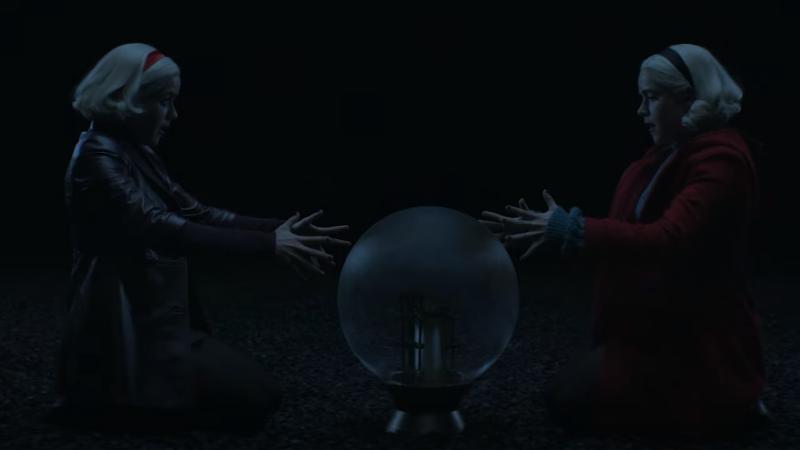 As duas Sabrinas lutando contra um dos terrores sobrenaturais.