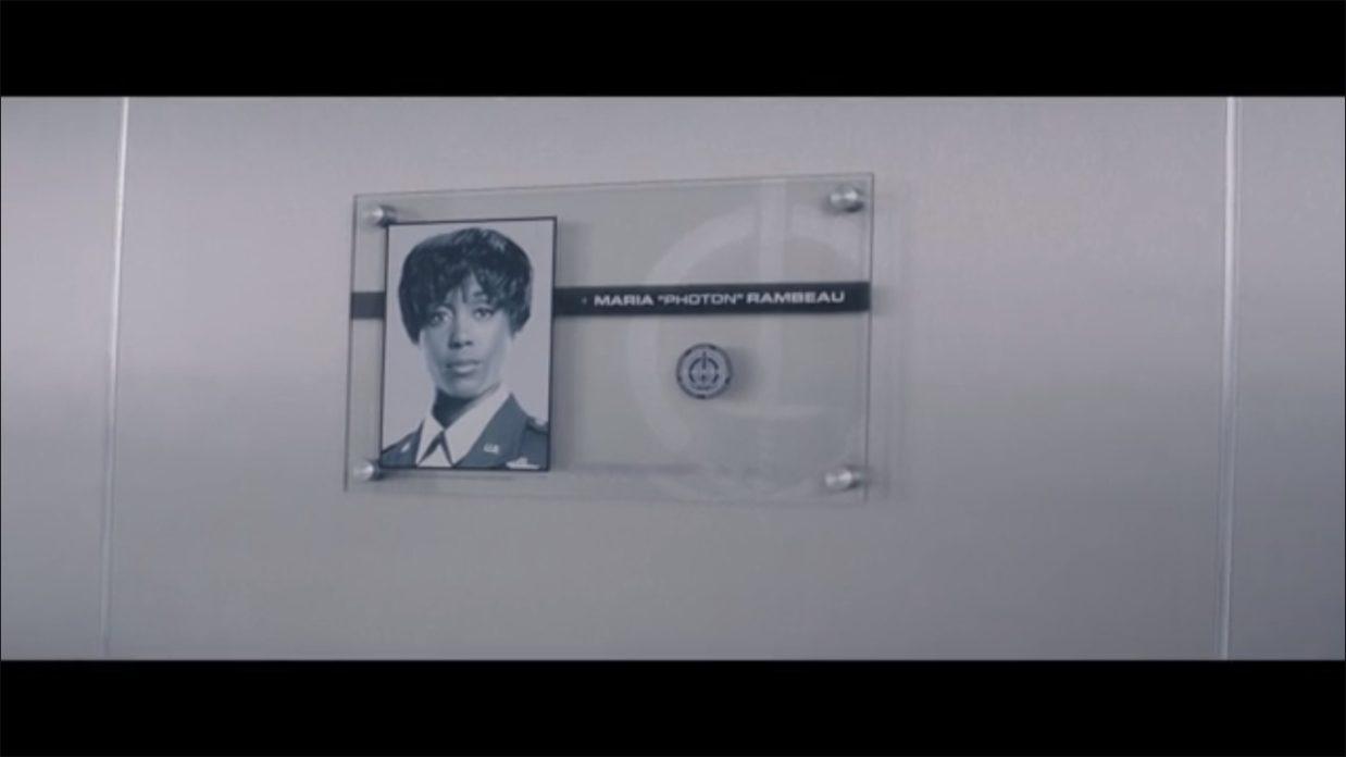 """Retrato de Maria Rambeau na sede da S.W.O.R.D. O codinome """"Photon"""" (Fóton) foi utilizado originalmente por Monica nos quadrinhos."""