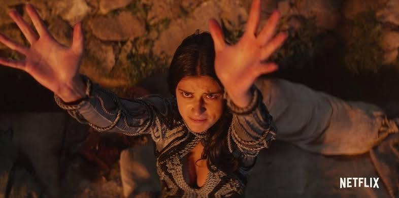 Yennefer de Vengerberg (Anya Chalotra), uma das mais poderosas feiticeiras