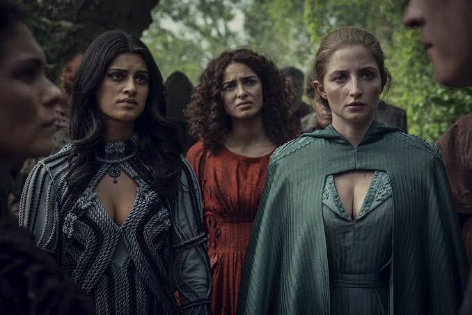 Yennefer de Vengerberg, Triss Merigold (Anna Shaffer) e Sabrina Glevissig (Therica Wilson Trás)