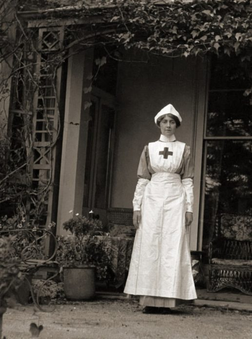 Agatha Christie com seu uniforme de enfermeira.
