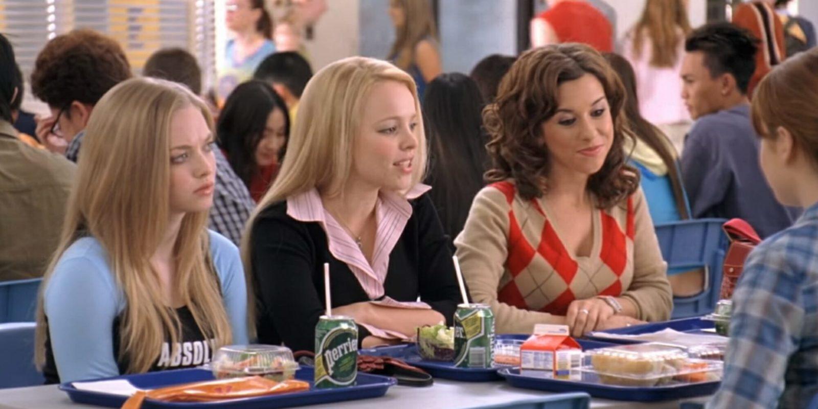 Karen Smith (Amanda Seyfried), Regina George (Rachel McAdams) e Gretchen Wieners (Lacey Chabert) em Meninas Malvadas.