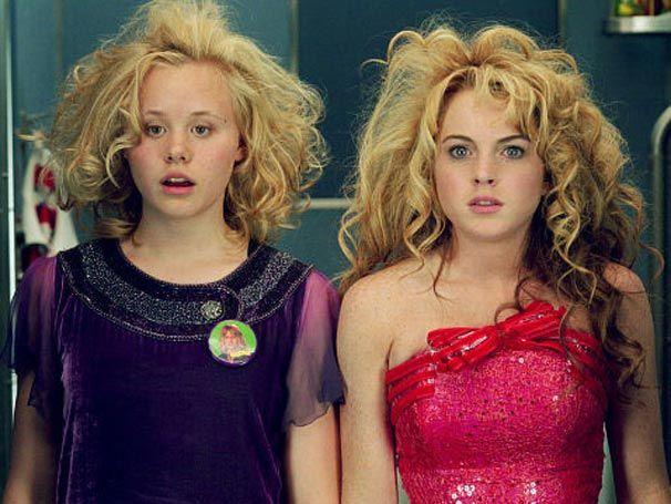 Alison Pill e Lindsay Lohan como Ella e Lola, respectivamente