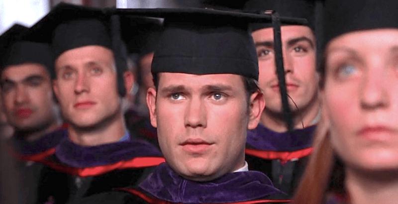 Warner termina como um aluno medíocre em Legalmente Loira