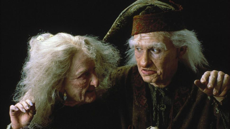 Valerie (Carol Kane), uma das poucas personagens femininas do filme, e Max Milagroso (Billy Crystal).