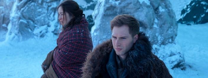 Nina Zenik (Danielle Galligan) e Matthias Helvar (Callaghan Skogman) em Sombra e Ossos.