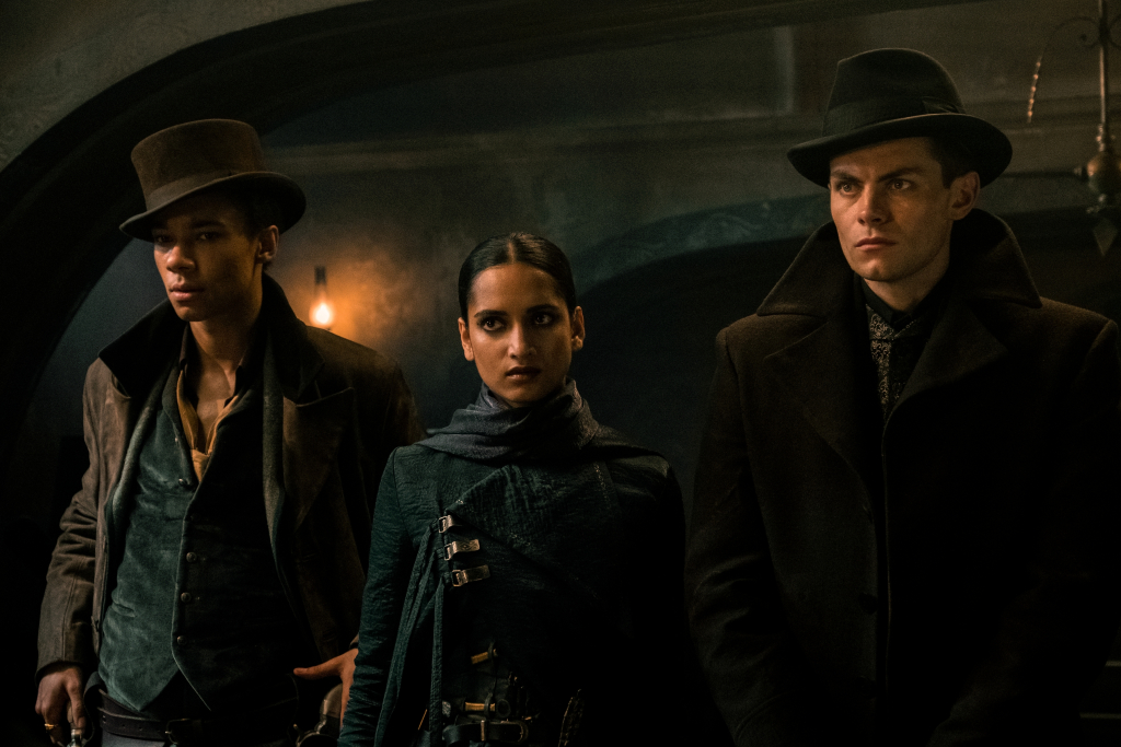 Jesper Fahey (Kit Young), Inej Ghafa (Amita Suman) e Kaz Brekker (Freddy Carter) em Sombra e Ossos.