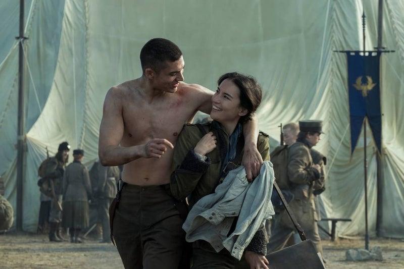 Alina Starkov (Jessie Mei Li) e Mal Oretsev (Archie Renaux) em Sombra e Ossos