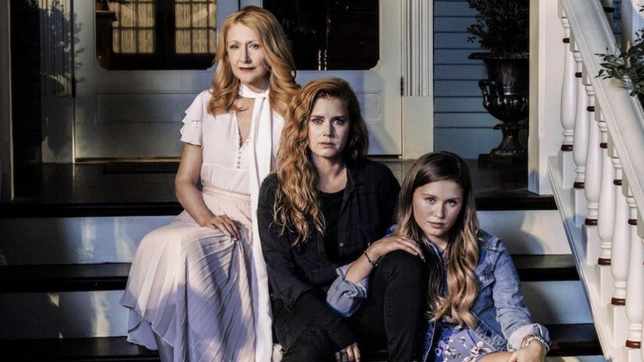Adora (Patricia Clarkson), Camille (Amy Adams) e Amma (Eliza Scanlen) em Objetos Cortantes