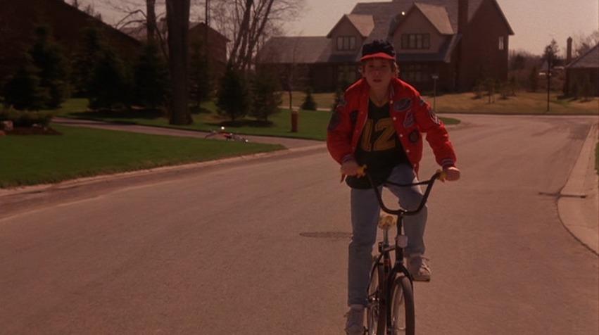 A influência de The Gate na série Stranger Things fica aparente logo na primeira cena do filme.