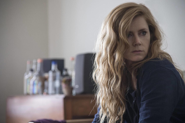 Camille, representada por Amy Adams, na série Objetos Cortantes originada a partir do livro de Gillian Flynn