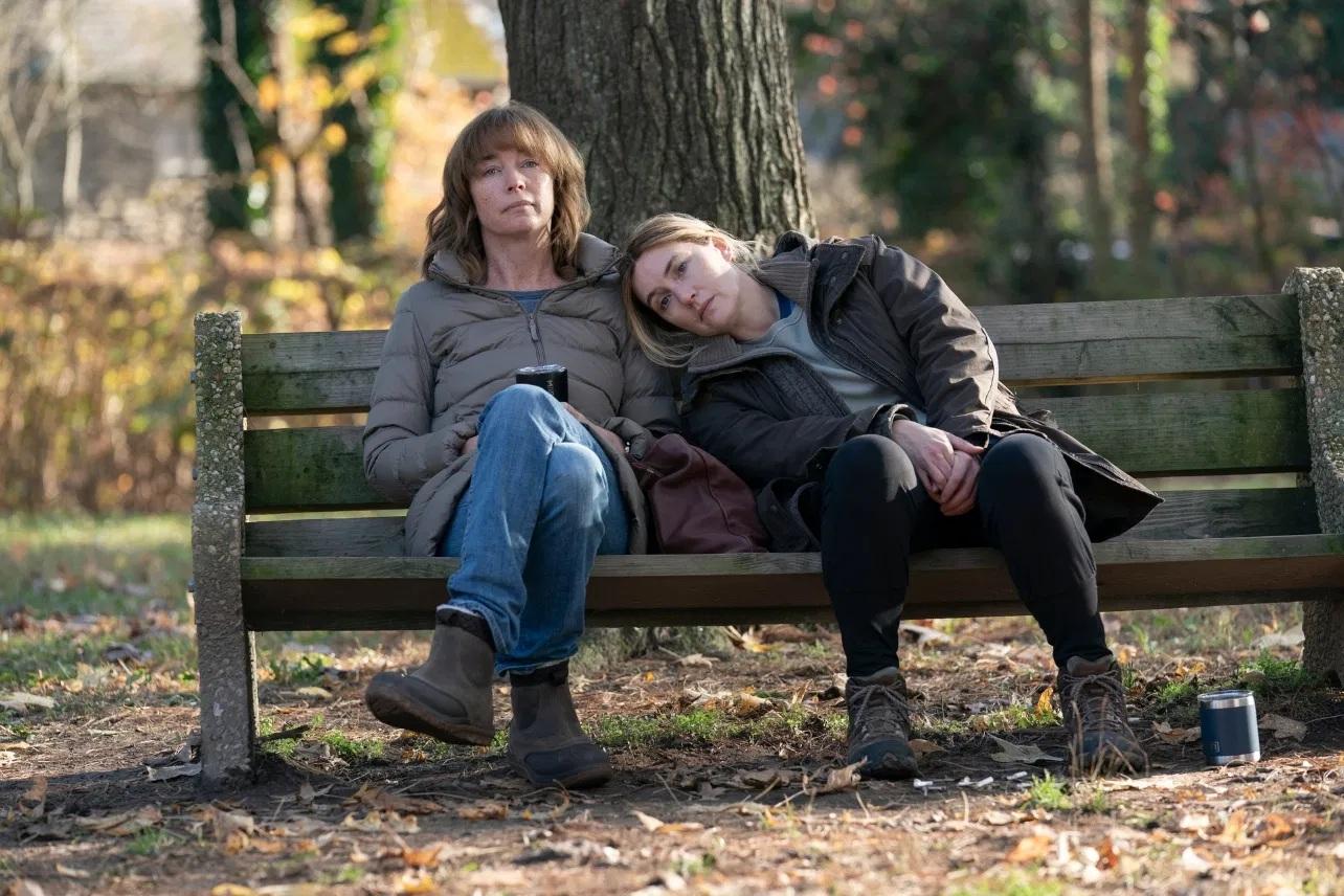 Lori (Julianne Nicholson) e Mare (Kate Winslet) em Mare of Easttown