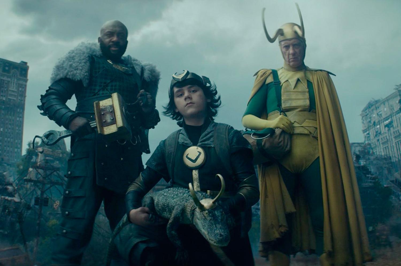Loki orgulhoso (DeObia Oparei), Loki criança (Jack Veal), Loki clássico (Richard E. Grant) e Loki jacaré
