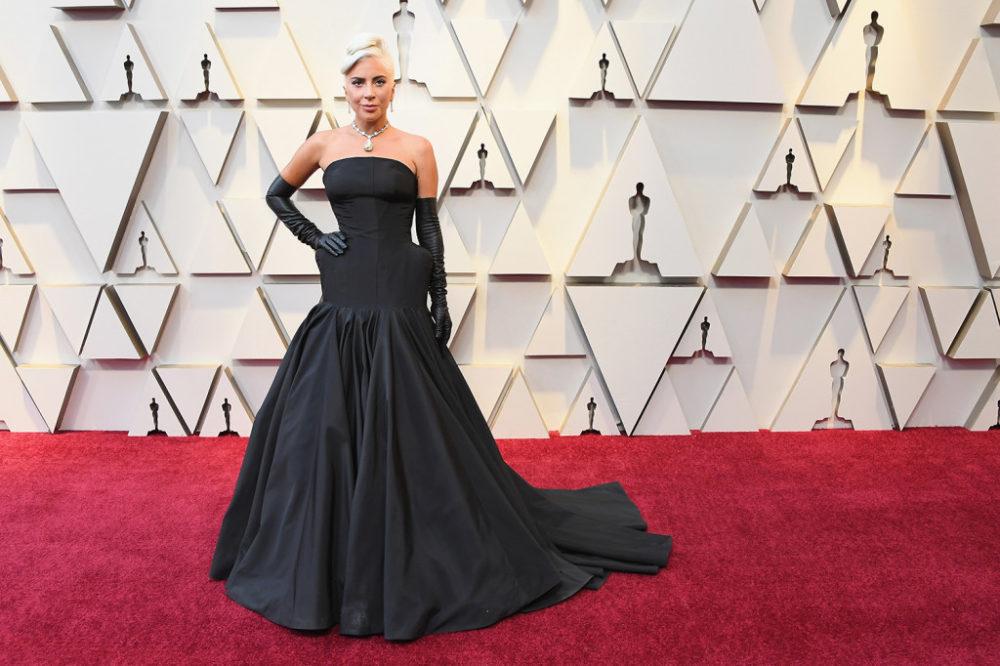 Lady Gaga com o look inspirado em Holly Golightly na cerimônia do Oscar de 2019