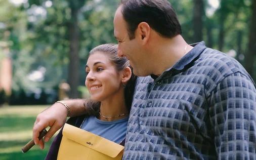 """James Gandolfini como Tony e Jamie-Lynn Sigler como Meadow no seriado """"Família Sopranos"""""""